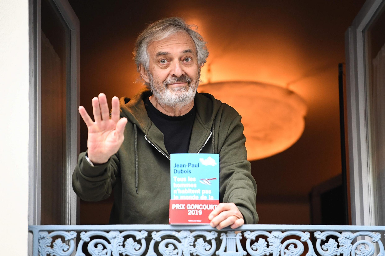 Nhà văn Pháp Jean-Paul Dubois và tác phẩm đoạt giải Goncourt 2019.