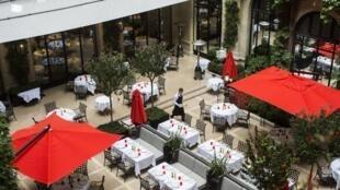 La terrasse du restaurant du Plaza Athénée, palace parisien, le 19 août 2014.