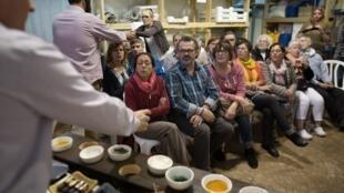 Un grupo de turistas europeos visita una fábrica de jabones en la colonia israelí de Kohav Hashahar, en Cisjordania.