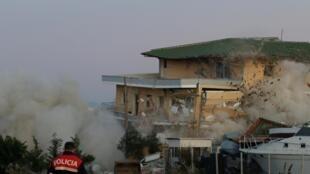L'armée albanaise utilise, le 4 décembre 2019, un explosif pour détruire un bâtiment endommagé par le tremblement de terre du 26 novembre à Durrës.