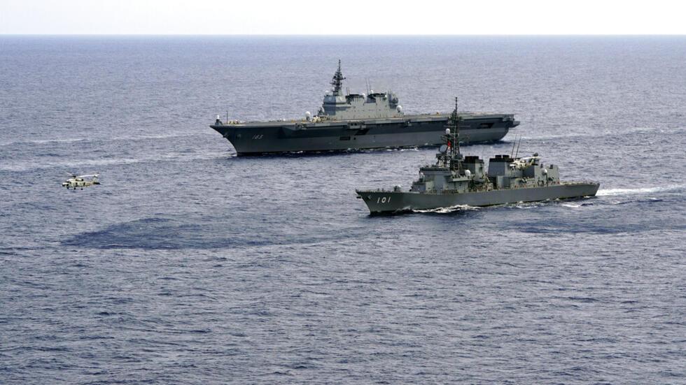 Ảnh tư liệu : Tàu trực thăng vận Izumo (DDH-183) và khu trục hạm JS Murasame (DD-101) trong một cuộc diễn tập hồi tháng 06/ 2018 trên Biển Đông