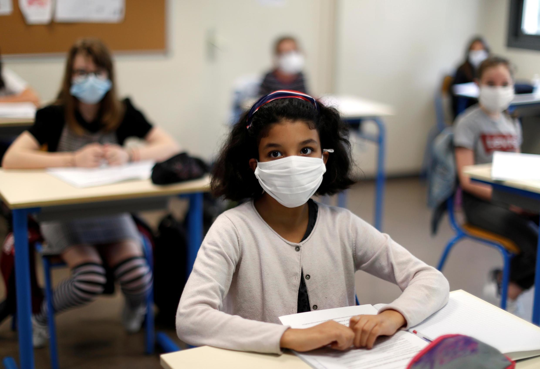 Alunos com mascaras, uma das novas medidas, neste novo ano lectivo (Fotografia de ilustração).