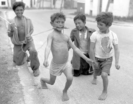 Espagne - Enfants jouant au cheval, 1954.