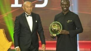 Le président de la Confédération africaine de football Ahmad en compagnie de Sadio Mané, le 7 janvier 2020.