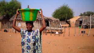 Corvée d'eau au camp de Ndioum, Sénégal.