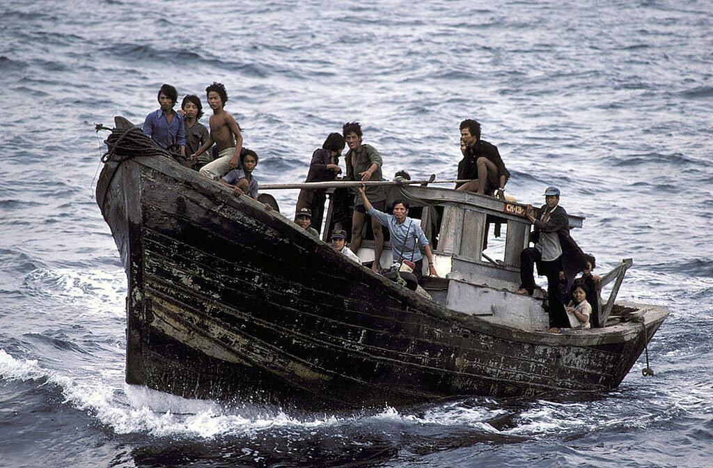 «Boat people» quittant le Vietnam en 1982.