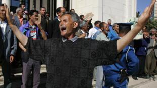 En Algérie, une manifestation de chômeurs devant le siège de l'Union générale des travailleurs algériens.