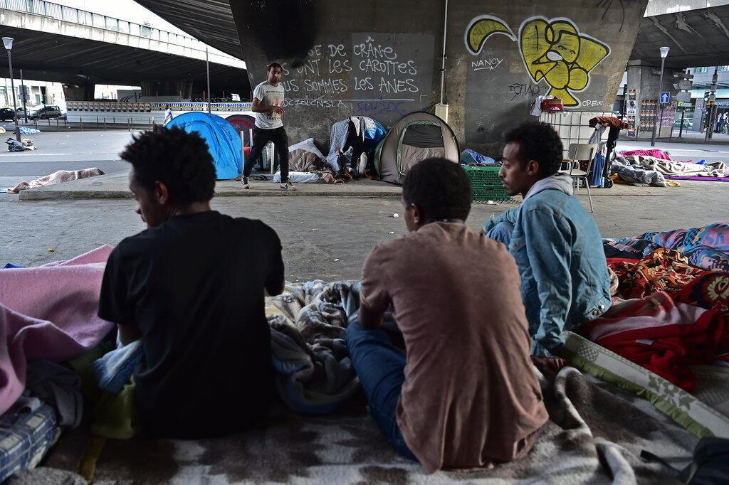 Des migrants installés à la porte de La Chapelle, à Paris en juin 2017.