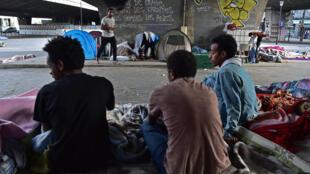 Мигранты у станции метро Порт-де-ла-Шапель, 29 июня 2017.