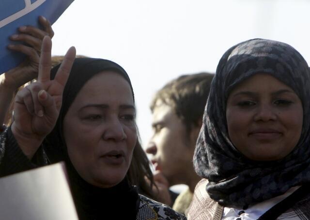 2011年12月27日,埃及女权活动人士Samira Ibrahim (左)在开罗解放广场上参加集会,抗议三军最高委员会对女性的暴力以及对女性带有羞辱性质的贞操体检。
