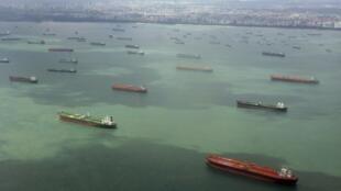 Tàu buôn các nước đi qua eo biểu Singapore. Ảnh chụp ngày 06/02/2012.