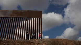 Une femme originaire du Guatemala tente de franchir la frontière qui sépare les Etats-Unis du Mexique, le 1er décembre 2018 à Tijuana.