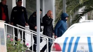 Sospechosos de haber ayudado a la fuga de Carlos Ghosn hacia Turquía son escoltados por la policía turca. Estambul, 3 de enero de 2020.