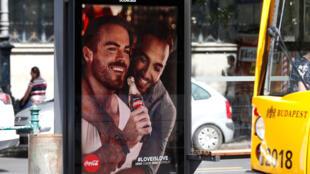 Une affiche publicitaire Coca-Cola mettant en avant un couple homosexuel dans les rues de Budapest, le 5 août 2019.