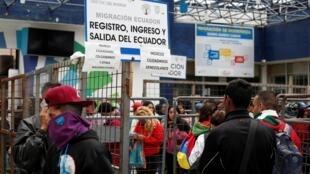 Cidadãos venezuelanos e outros migrantes esperam na fronteira com a Colômbia, no posto de controle da ponte Rumichaca, no Equador, em 24 de agosto de 2019.