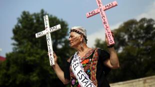 Une femme manifeste lors d'une marche réclamant justice pour leurs proches disparus, le Jour de la fête des mères à Mexico, le 10 mai.