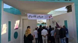 Fila de eleitores a votar na segunda volta das eleições presidenciais na Tunísia
