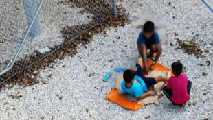 Crianças refugiadas no centro de Nauru.