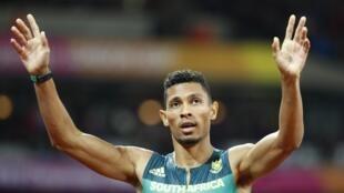 Wayde Van Niekerk celebrando su victoria en la final de los 400 metros planos en el mundial de atletismo de Londres 2017.