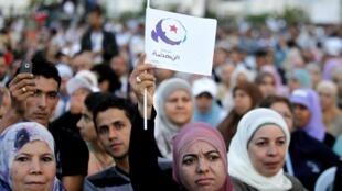 Apoiadores do partido islamista Ennahda durante campanha eleitoral na Tunísia.