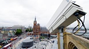 Le 26 septembre 2013, une caméra de vidéosurveillance surveille King's Cross Square, le nouvel espace public situé à l'extérieur de la gare centrale de Londres.