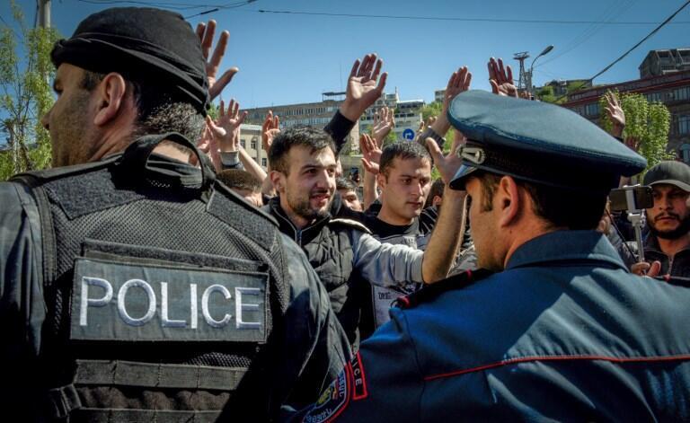Протестующие пытаются прорваться через полицейское оцепление в центре Еревана, 16 апреля 2018 года.