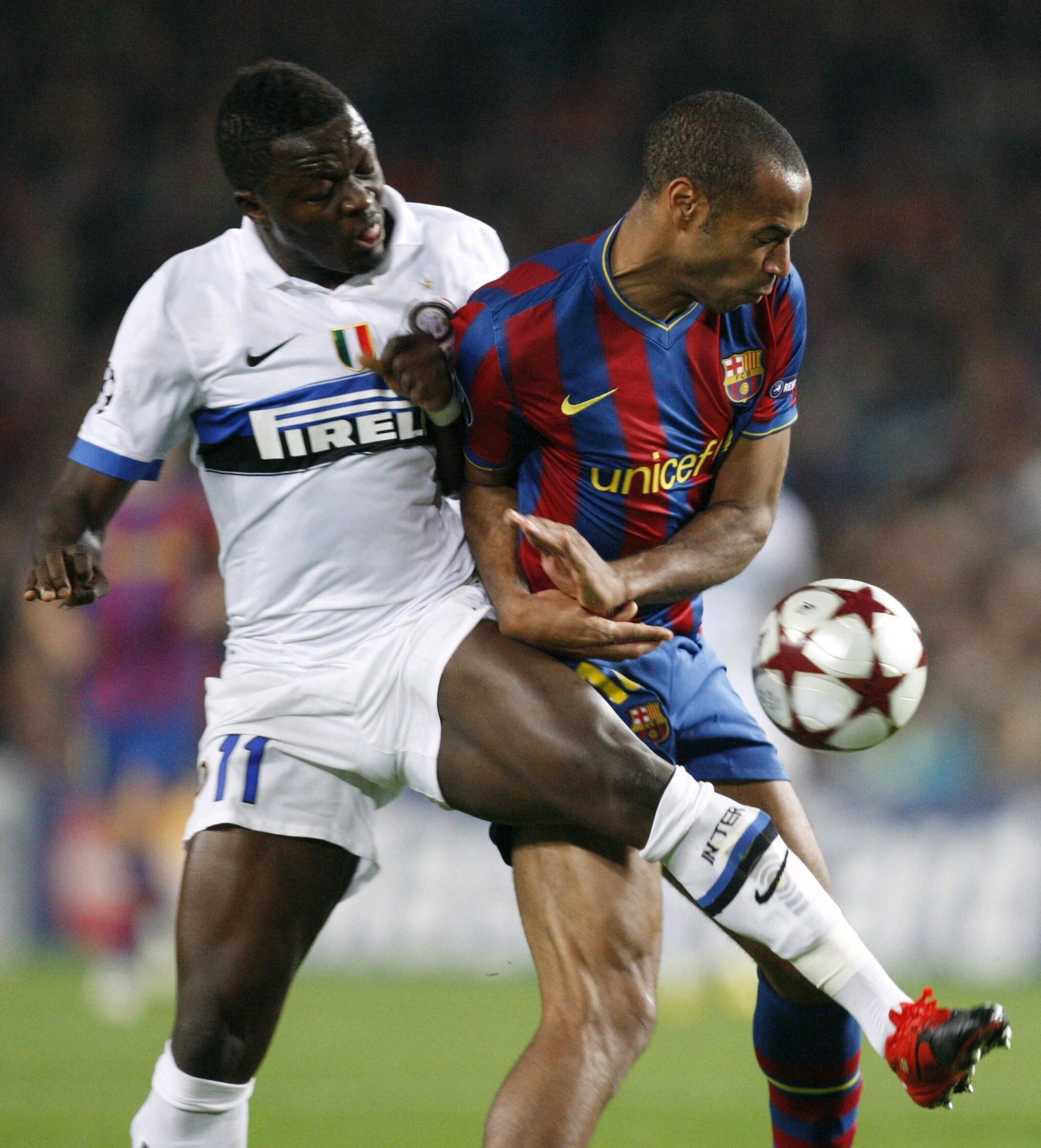 Le Milanais Sulley Muntari (g.) impuissant face au Barcelonais Thierry Henry.