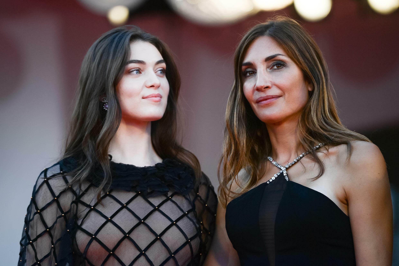 La directora francesa Audrey Diwan (derecha) y la actriz franco-rumana Anamaria Vartolomei, el 11 de septiembre de 2021 en el Festival de Venecia