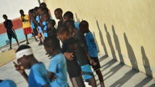 Les enfants de Cité Soleil, ici sur un terrain de basket en décembre 2017, vont bientôt disposer d'une bibliothèque.