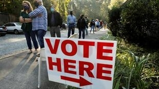 (illustration) A Durham, en Caroline du Nord, les électeurs se sont déplacés pour déposer leur bulletin de vote ce jeudi 15 octobre 2020, premier jour du vote anticipé de l'élection présidentielle américaine.