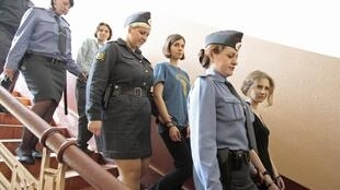 Мария Алехина, Надежда Толоконникова и Екатерина Самуцевич в день оглашения приговора в Хамовническом суде Москвы 17/08/2012.