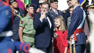 Rei Felipe VI (D) e Mariano Rajoy (E) durante as cerimónias do Dia da Festa Nacional
