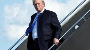 O presidente americano Donald Trump chega ao aeroporto de Newark em 9 de junho de 2017.
