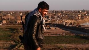 Um membro das Forças Democráticas Sírias (FDS) em Hajin, na província de Deir Ezzor, em  meados  de Dezembro de  2018.