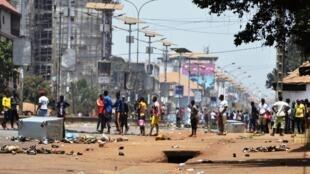 Depuis plusieurs mois, la Guinée fait face à un mouvement contre le président Alpha Condé et son éventuelle candidature à un troisième tour. Ici, des heurts à Conakry, lors du double scrutin du 22 mars 2020.