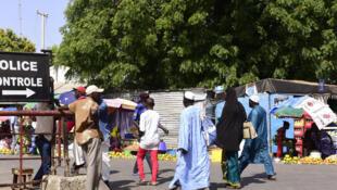 A Karang, au Sénégal, le 10 mai 2016, des voyageurs passent le contrôle de police pour se rendre en Gambie.