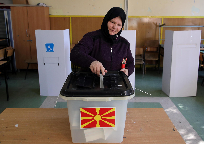 Mujer depositando su voto en el reférendum sobre el cambio de nombre en Skopie, 30 de septiembre, 2018.