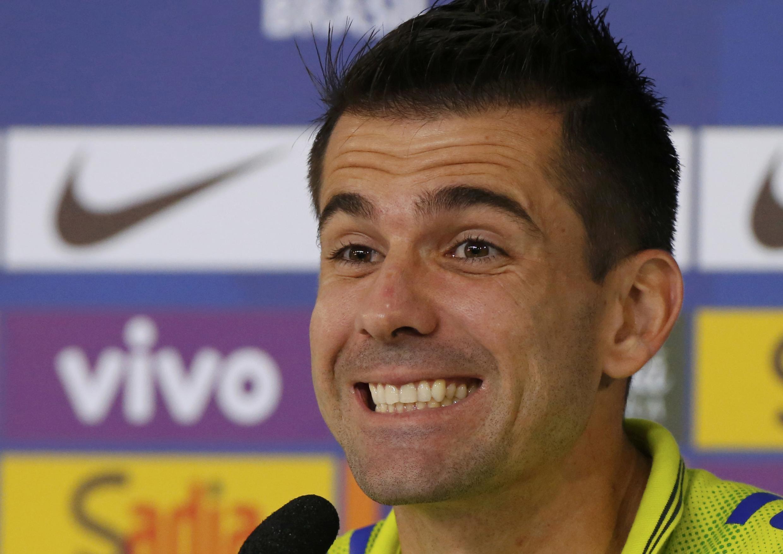 O goleiro reserva Víctor diz que é preciso marcação firme sobre colombiano James Rodríguez.