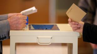 Au moment du vote pour le premier tour de l'élection présidentielle française 2017, ici à Trappes le 23 avril 2017.