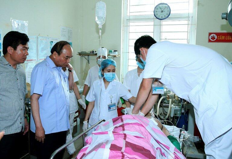 Thủ tướng Việt Nam Nguyễn Xuân Phúc đến thăm một trong hai nạn nhân sau vụ bắn hai lãnh đạo cao cấp tỉnh Yên Bái ngày 18/08/2016.