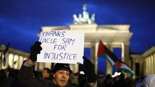 Le 8 décembre 2017, une manifestation a lieu à l'extérieur de l'ambassade américaine contre la décision de Trump de reconnaitre Jérusalem comme la capitale d'Israël.