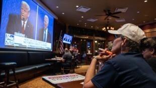 收看特朗普与拜登最后一个辩论电视转播的德克萨斯州民众