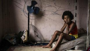 Maria Eduarda, moradora de complexo fotografado por Peter Bauza.