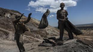 «Creuseurs» sur le site minier (cuivre et cobalt) de Kawana en RDC.