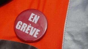 «На забастовке» — значок на жилете работника SNCF.