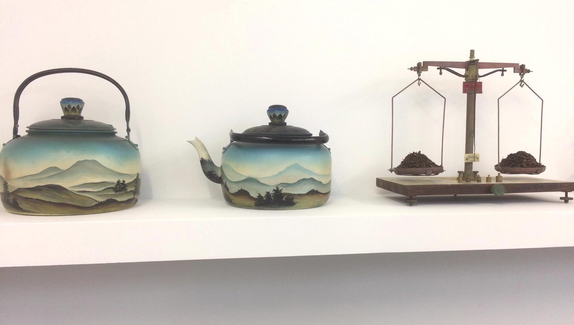 « High Tea », installation d'art contemporain indonésien de Mella Jaarsma dans l'exposition « Java – Art Energy » à l'Institut des Cultures d'Islam (ICI) à Paris.