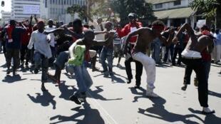 Des manifestants en colère dans les rues de Blantyre, la capitale économique du Malawi, le 20 juillet 2011.