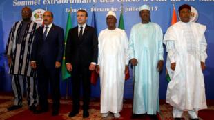 Roch Marc Christian Kabore, Ould Abdel Aziz, Emmanuel Macron, Ibrahim Boubacar Keita, Idriss Deby et Mahamadou Issoufou le 2 juillet 2017 à Bamako.