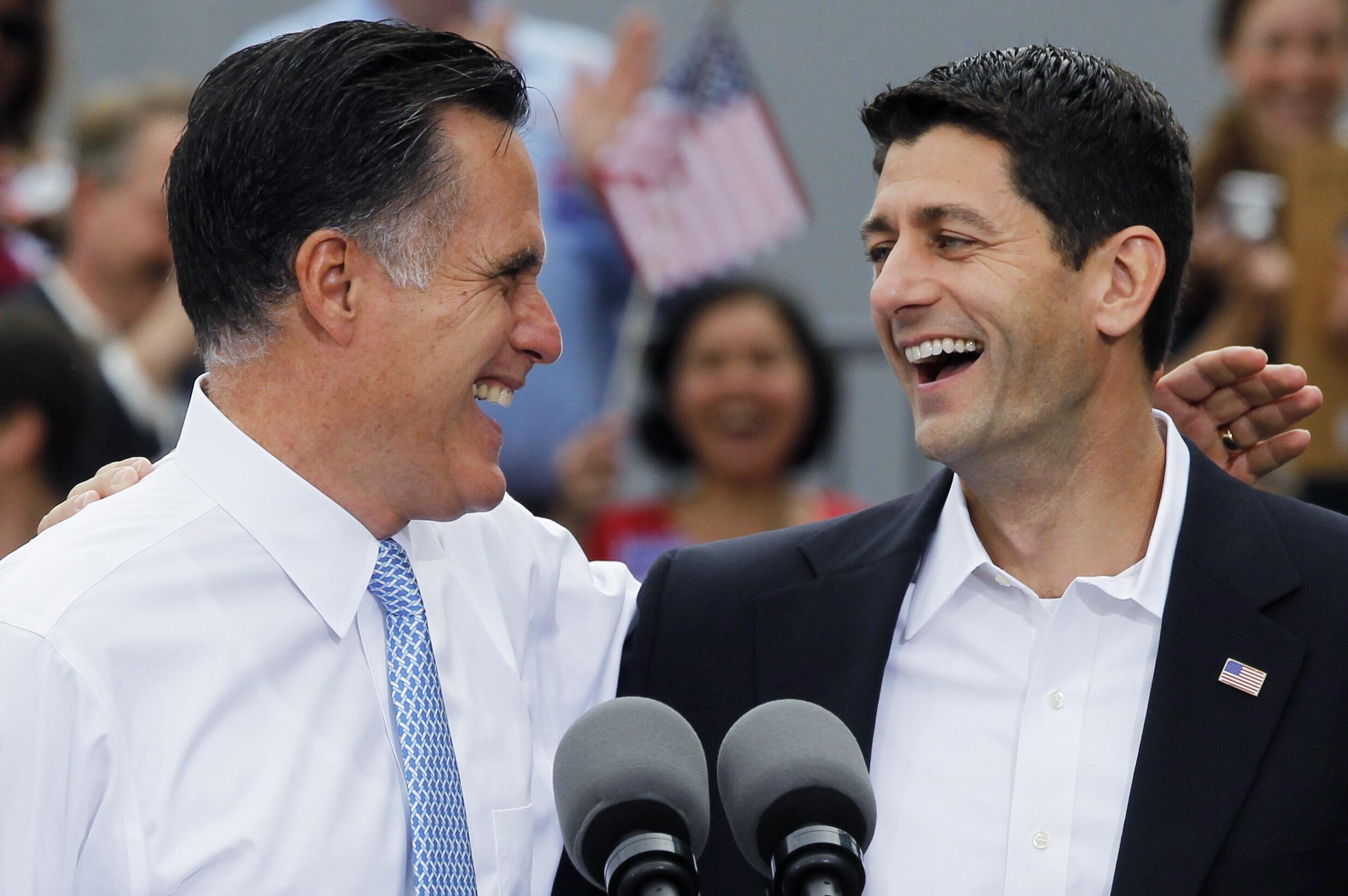 Le candidat républicain Mitt Romney ( G) présente son colistier Paul Ryan lors d'un meeting de campagne à Norfolk, en Virginie, le 11 août 2012.