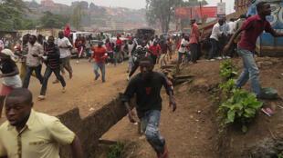 Panique des participants sous les tirs de la police.